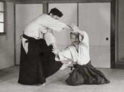 O Sensei Ueshiba realizando una proyección
