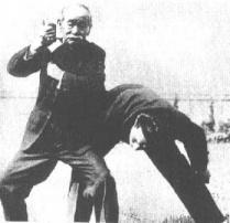 El Sensei Jigoro Kano , fundador del Judo, realizando una técnica
