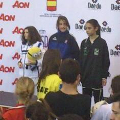 Alicia Pérez, del Club Shotoyama, en el podio para recoger su premio como Tercera Clasificada en el Campeonato de España