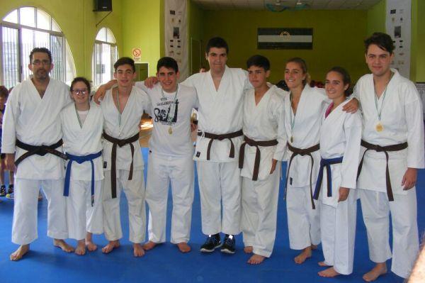 Algunos de los añumnos avanzados de la escuela de karate del C.S.D.C Las Portadas