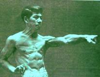 Sensei Hirokazu Kanazawa (Karate Shotokan) realizando Tsuki