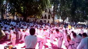 Los karatekas de los clubes participantes preparados para iniciar la Exhibición Conunta