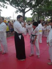 Sensei Mario Ferrer explicando una técnica a los más pequeños