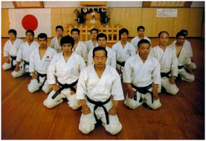 Kanazawa Sensei a la izquierda de Nakayama Sensei (al frente) junto con otros conocidos instructores de la JKA
