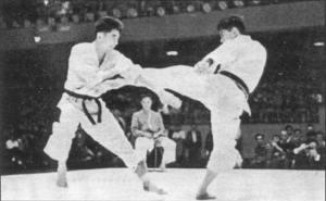 Sensei Kanazawa realizando mawashi geri en un campeonato