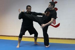 Una de las demostraciones y explicaciones de defensa frente a ataue de pierna, previa a una proyección