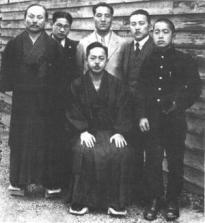 Sensei Mabuni (a la derecha) en su juventud junto a su padre, Sensei Funakoshi, Sensei Konishi y otros