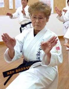Tsuneko Machida, 4tº dan de 75 años. Empezó a hacer karate a los 63 años.