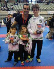 Los sevillanos Campeones de España Alejandro , Alejandra Gómes y David Gómez, con el padre y entrenador de los dos últimos, David Gómez