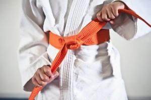 El color naranja en el cinto suele corresponder al 4º kyu