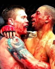 Dos contendientes que se abrazan después de un combate especialmente duro