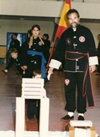 El maestro José Luis Domínguez Bolaños antes de realizar un rompimiento