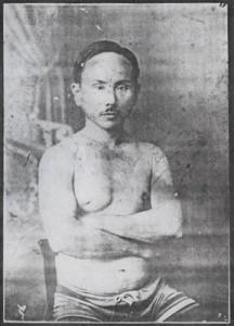 Un joven Funakoshi en una imagen muy diferente al anciano en posición de seiza que preside tantos kamiza a lo largo del mundo