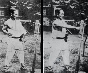 El trabajo de golpeo del Karate fue lo que más impresionño a los japoneses. Aquí vemos al fundador del Shotokan golpeando el makiwara