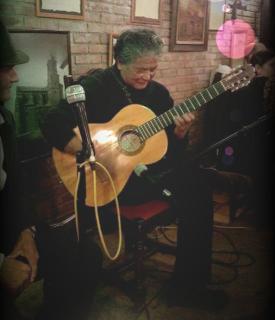 El maestro Hentona a la guitarra en la cena tras el Campeonato de España de Kobudo 2016