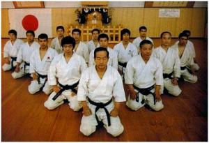 La línea JKA (Japan Karate Association) representada al frente por M. Nakayama y con otros destacados maestros como Kanazawa, Ueki, Abe, Osaka...