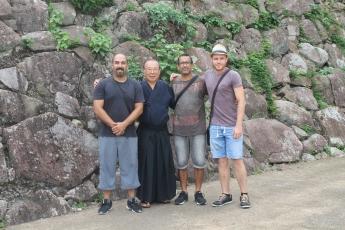 Junto al maestro en la base de lo que fue el Castillo de Nobeoka